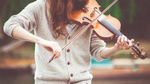 HUDBA - foto - dívka hraje na housle, v kategorii hudba nabízíme výuku hraní na hudební nástroje dle výběru, lekce sólového zpěvu, dirigování a hudební nauky.