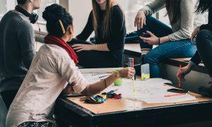 Pro koho jsou naše služby. Pro menší, střední firmy i korporace, pracovní týmy všeho druhu, lokální i mezinárodní prostředí. Nabízíme pravidelné workshopy a dílny nebo jednorázové teambuildingy.